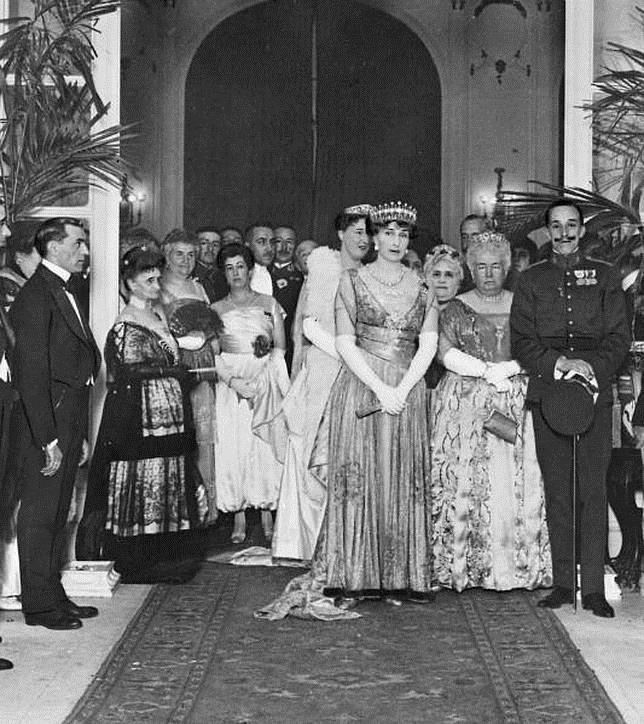 Alfonso y Ena con la infanta Isabel en el hotel Ritz