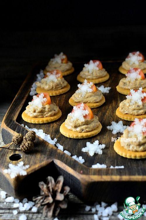 Новогодние крекеры с рыбным паштетом - кулинарный рецепт
