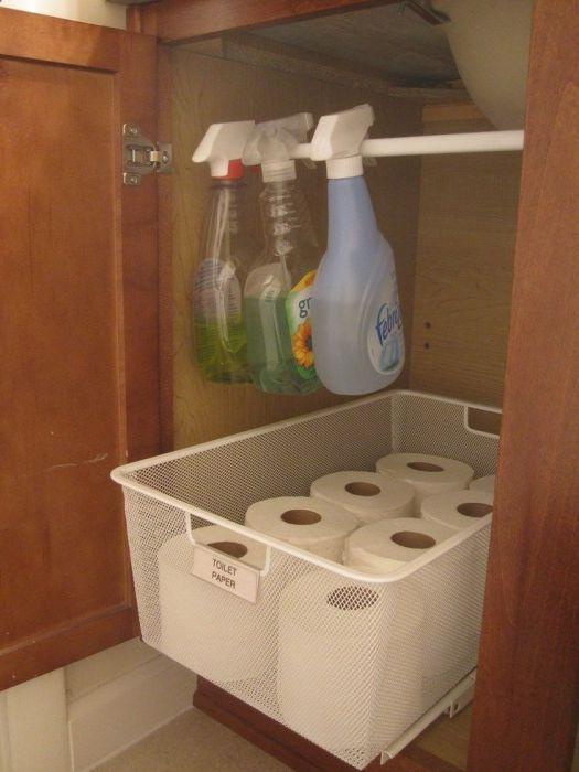 Хранение моющих средств под умывальником.