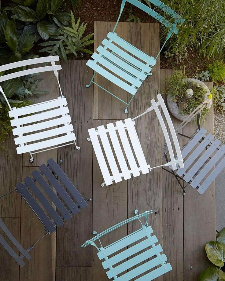 Utemöbler för trånga utrymmen? Bistro stolen från franska Fermob är en solklar favorit! En stol som går att fälla ihop, är lätt att flytta och dessutom finns i 24 härliga färger. Pris; 599:- #svenssons #svenssonsilammhult #fermob #bistro #stol #utemöbler #outdoorlivning #outdoor #garden #balcony #compactliving #sommar #trädgårdsmöbler #trädgård #färg #colour #steel #france
