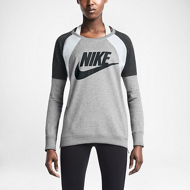 The Nike District 72 Crew Women's Sweatshirt delivers comfort and style with soft cotton fabric and vibrant color-blocking. A side zipper offers customizable ventilation, while the longer length provides more coverage.