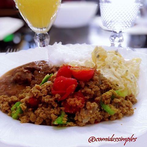 E o meu almoço ficou assim, feijão, arroz, batata na maionese e orégano, a carne moída preparada com tomate cereja, pimentão, cebola e temperinhos. Ficou  deliciosa. Acompanhado de suco de maracujá e água #almoço #lunch #dehoje #carnemoida #maionese #tagsforlikes #likes #delicioso #delícia #dica #dicas #saudavel #lunchtime #boatarde #gastronomia #gourmet #comida #delicious #boatarde #minhacasa #myhouse #minha #casa #meular #comidassimples #lol