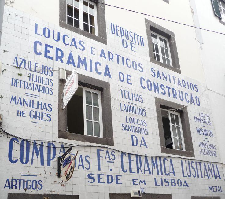 Funchal | Rua do Bispo | Antigo depósito da Fábrica Lusitânia / Old deposit of the Lusitânia Factory | 1ª metade do século XX / first half of the 20th century #Azulejo #FachadaPublicitária #Publicidade #Advertising