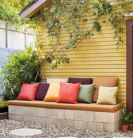 Sofá com blocos de concreto. O conforto seria maior se o assento fosse mais à frente, para que os pés não batam nos blocos ao sentar.