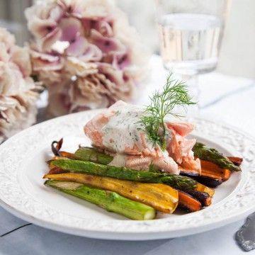 Inkokt lax med vårprimörer och dillkräm - Recept - Tasteline.com