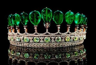 17 mei 2011 veilt Sotheby's in Genève de duurste tiara die sinds 30 jaar op een veiling is verschenen. De tiara bestaat uit diamanten en elf zeldzame Colombiaanse peervormige smaragden van meer dan 500 karaat die eerder de hals van de Maharadja sierde. De kostbare edelstenen behoorden vermoedelijk tevens tot de persoonlijk collectie van keizerin Eugénie, de laatste keizerin der Fransen en vrouw van Napoleon III. De tiara heeft een geschatte waarde van 5 tot 10 miljoen dollar (3–8 miljoen…