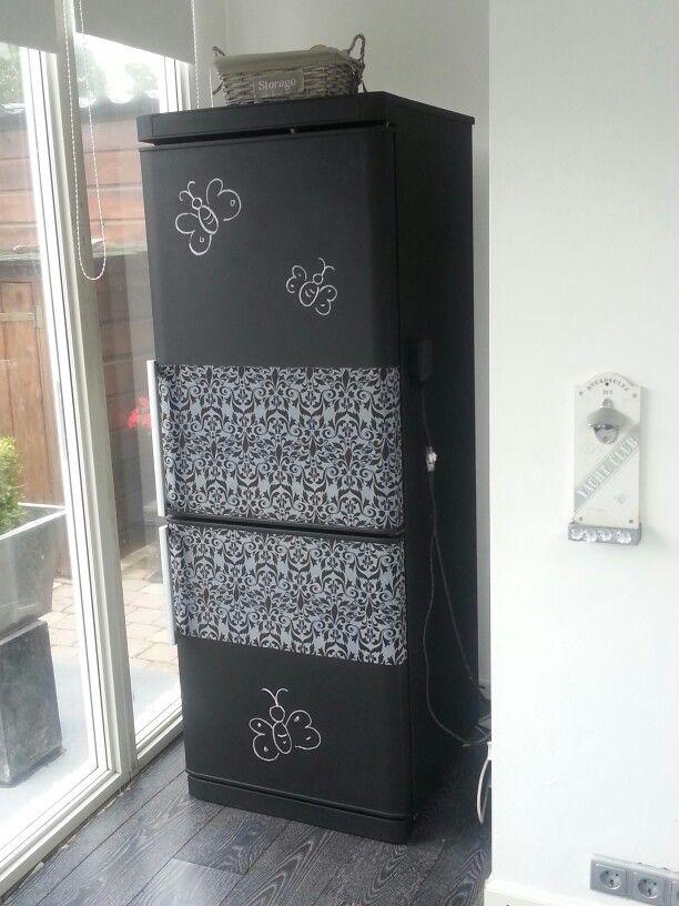 Reserve koelkast opgeknapt...met schoolbordverf en plakfolie...koelkast was verkleurd door de zon etc...nu een 2de leven