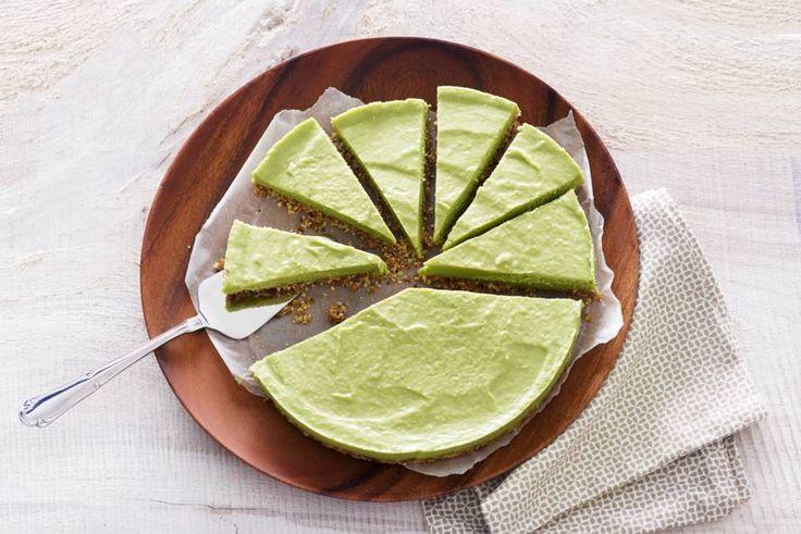 Een bodem van dadels en amandelen met een vulling van avocado en amandelmelk. Verrassend lekker en zoet! - Recept - Allerhande