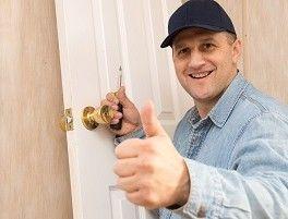 Bent u uw sleutel kwijt? Is uw sleutel afgebroken in het slot? Wilt u een nieuw slot op uw deur? Slotenmaker 365 Amsterdam opent, repareert en vervangt sloten snel, vakkundig en 100% schadevrij. Binnen 30 minuten staan wij bij u op de stoep.