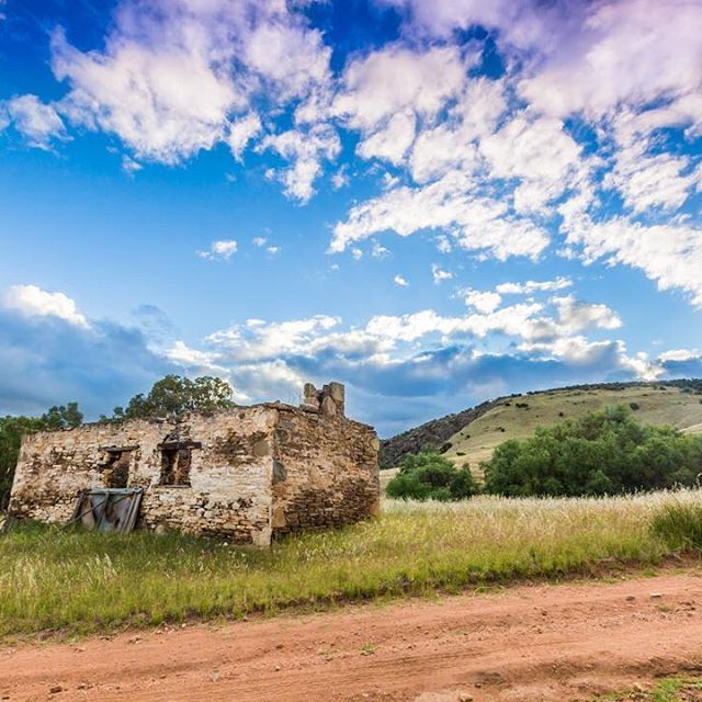 Just another one from last night. We headed out in search of a few new locations, We came across this lovely ruin in a very nice and quiet location amongst the rolling hills. right as the sun began to set, the cloud thinned just enough so that the colour of the sunset come through the clouds. . . . . . . . . . . . . . . #ruin #sunset #colour #summer…