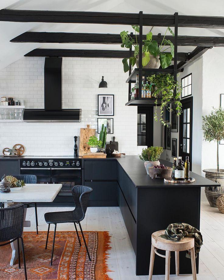 """2,653 Likes, 41 Comments - Sköna hem (@skonahem) on Instagram: """"Svart, vitt och ganska mycket grönt i köket hemma hos @lovewarriors Dessutom smart lösning med ett…"""""""