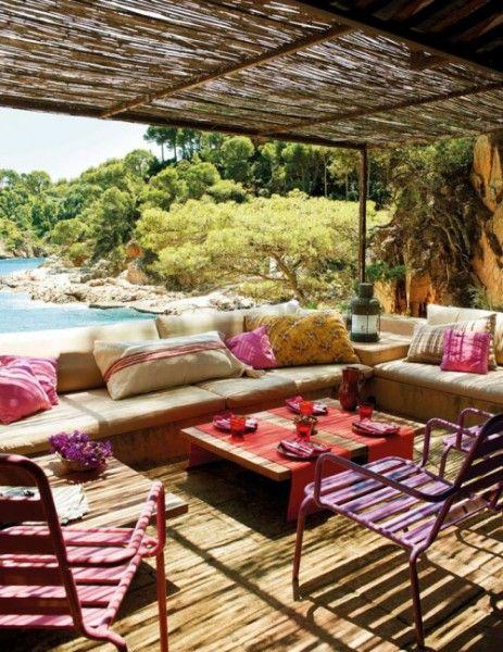 Kleurrijke tuin in ibiza stijl - mooie kleurige stoeltjes en een heerlijke loungebank met veel kussens!