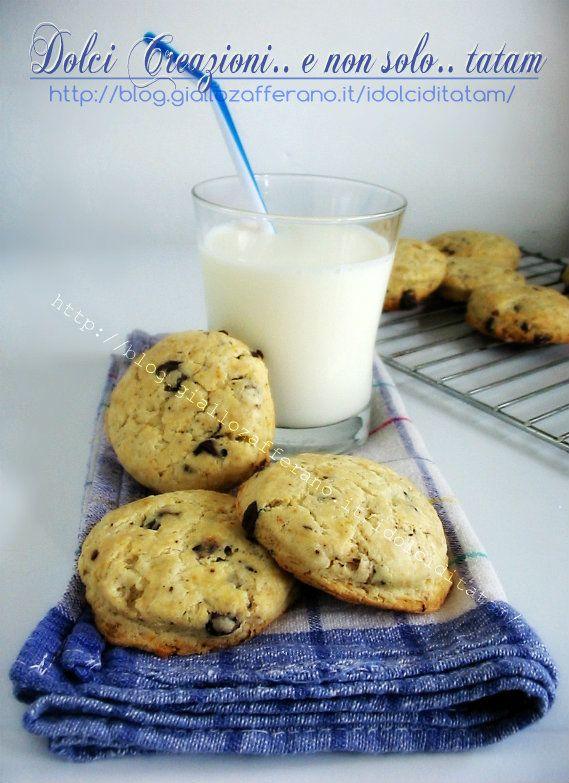 Scones al latticello con gocce di cioccolato Gustosi e fragranti biscotti, ideali per l'ora del thè o da sgranocchiare durante la giornata, sono leggermente