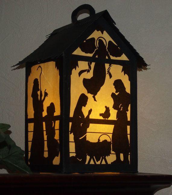 Cette lanterne de Nativité est environ 6 x 11 de haut carré. Il sera une belle addition à votre décor des fêtes. Il ressemble beaucoup à une fenêtre, une étagère ou table. Je peux les visualiser en cours, dans l'allée, par un groupe d'enfants, dans une église sombre sur la veille de Noël.  Puisque les chiffres de Nativité de côté sont imprimés plutôt que de couper, la lanterne de motif peut être facilement coupé coupé avec un couteau Exacto. Les fichiers .pdf serait appropriés pour une coupe…