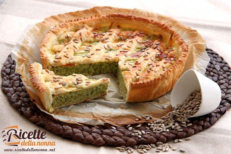 Una torta rustica alle zucchine veramente gustosa e facile da preparare che può essere presentata sia come antipasto che come secondo leggero.