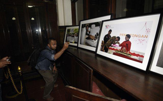 DISEMBUNYIKAN? Seorang jurnalis memotret sejumlah foto yang diturunkan oleh oknum pengamanan presiden saat pameran foto jurnalistik Setahun Kerja Jokowi-JK di Museum Bank Mandiri, Jakarta, Jumat, 18 Desember 2015. Sebanyak lima foto yang seharusnya dipajang dalam pameran tersebut diturunkan sebelum Presiden Joko Widodo meninjau pameran. Foto oleh Sigid Kurniawan/Antara