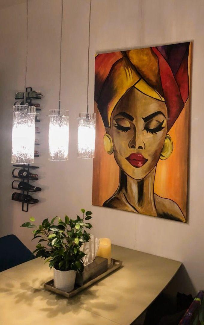 Update der Acrylmalerei im Wohnzimmer. Frau mit Tu…