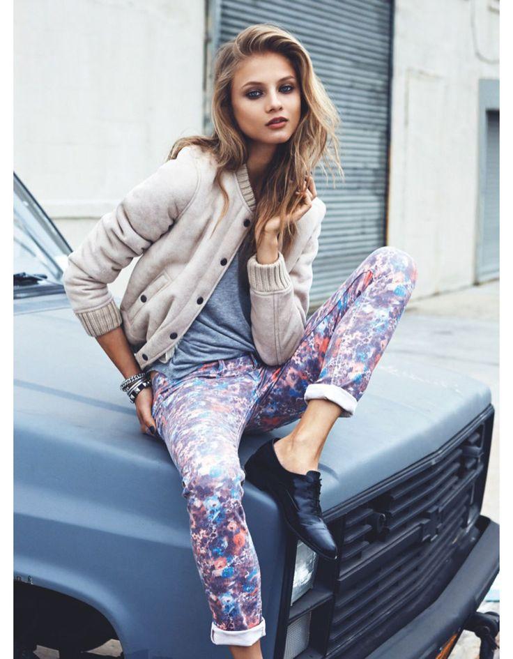 Un look girly girly fleuris qui se porte aussi bien au printemps, qu'en été, automne ou même bien en Hiver qui passe partout que ce soit pour les cours, une sortie entre amies au cinéma ou même en ville.