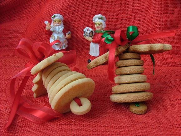 Lindo sino de biscoitos - Perfeito para presentear e decorar sua árvore de Natal   Excelente idéia para o AMIGO SECRETO !  Sabores baunilha, chocolate, amêndoa, limão ou laranja.  Cupcakes, Mini-cupcakes, Pão de mel decorado, Pirulito de chocolate.  Decorados com glacê real ou pasta americana e confeitos.  Contatos pelo email: Biscoito.Arte@gmail.com  Visite nosso Blog: http://biscoitoearte.blogspot.com  Notas importantes: 1. Por ser um produto confeccionado de forma artesanal, os biscoitos…