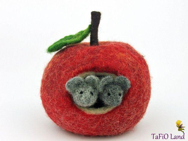 2 Mäuschen und ihr Zuhause: sehr großer Apfel in kräftigen Farben aus Wolle. Ein besonderes Geschenk mit Bedeutung z.B. zu Verlobung oder Valentinstag. Gemütliches Deko, auch für den...
