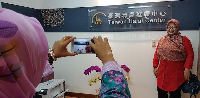 Pusat Halal Taiwan  Sekretaris Umum Fatayat Nahdlatul Ulama, Margaret Aliyatul Maimunah, berfoto di Pusat Halal Taiwan, di Taipei, Senin (15/5) usai mengikuti orientasi mengenai perkembangan industri makanan halal Taiwan. Sebanyak 33 pemuda dari tiga negara anggota ASEAN, yakni Indonesia, Malaysia dan Brunei Darussalam, diundang Taiwan untuk mengikuti Perkemahan Pertukaran Pemuda Islam 2017. Program ini merupakan bagian dari upaya Taiwan memperkuat ikatan dengan negara-negara di kawasan…