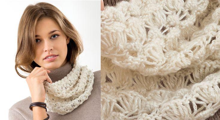 L'accessoire indispensable d'un printemps un peu frileux le snood décliné ici en tricot dans un point fantaisie aéré, façon dentelle.  Taille unique : 65 cm de large sur 24 cm de ...
