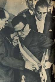 Salvador Allende Gossens colocándose banda presidencial, en el Congreso Nacional, cuando asume legítimamente el mando de la Nación.