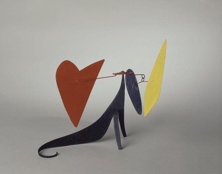 Alexander Calder. Bleu, jaune, rouge sur base courbe, Sheet metal, wire and paint. 1969. ⓒ Alexander Calder.