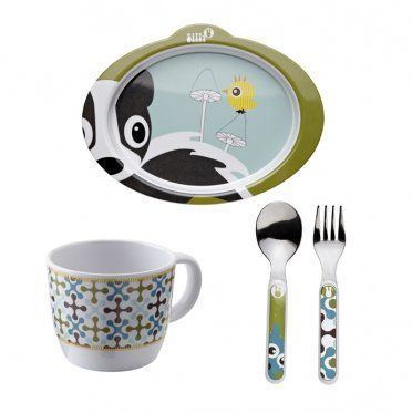 """Ce joli ensemble repas sous le thème """"foret"""" de couleur bleue de la merveilleuse marque Silly U se compose d'une assiette anti-dérapante, d'une tasse et de ces couverts.  Dimensions assiette : 13 x 16,5 cm  Dimension tasse : Hauteur : 6,5 cm / Diamètre : 8 cm  Dimensions couverts : 14 cm  Lavable en lave-vaisselle"""
