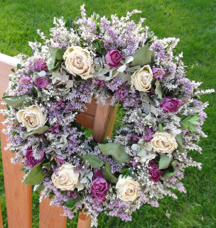 Smetanové a fialové růže Věnec se smetanovými a fialovými růžemi. Celoroční dekorace .Velikost 30cm.