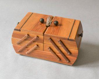 Scatola da cucito in legno  Questo copre Shabby Chic degli anni 50 è una grande aggiunta a uno stile rustico e moderno. La scatola ha 4