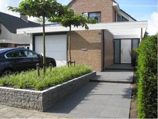 Een verhoogde border met carex groenblijvend siergras maakt deze voortuin - Lay outs deco tuin ...