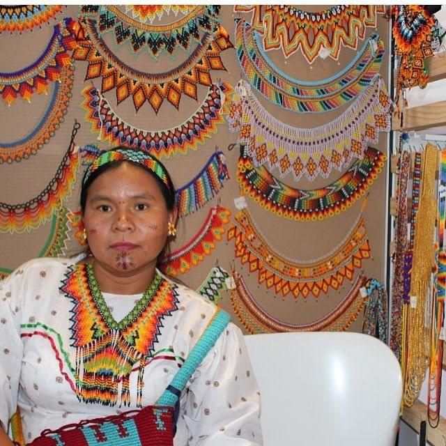 LAS CHAQUIRAS REPRESENTAN LOS PENSAMIENTOS DE MUJER. LOS COLORES COMO EL AZUL, EL BLANCO Y EL CAFE REPRESENTAN LA NATURALEZA, SIGNIFICAN AGUA, MONTAÑA,RIO,SOL Y LUNA...... @expoartesano @artesaniasdecolombia @arte_embera @corferias #emberachami #colores #cultura #traditional #indigena #traditional #colombia #bogota #pereira #feria #internacional