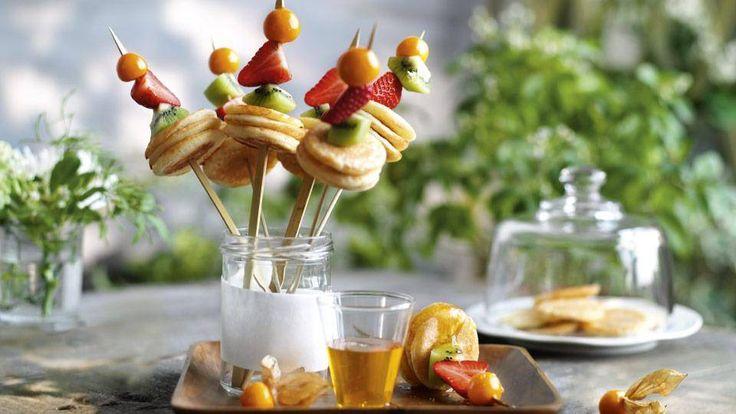 Szukasz łatwego przepisu na smaczną przekąskę? Wybierz przepis z Kuchni Lidla na mini pancakes z owocami na patyku!