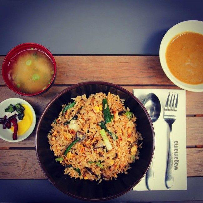 Comer en Londres puede ser arriesgado. La ciudad es conocida por sus estupendos restaurantes, pero entrar en ellos sin conocer de antemano lo que p...