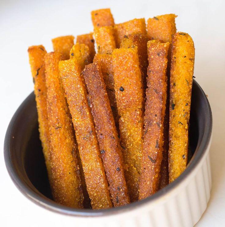 Knusprige Polenta Pommes sind schnell gemacht und einfach mal anders als gewöhnliche Pommes! Maisgrieß war noch nie so lecker - gleich ausprobieren!