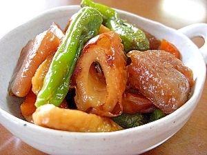 「こんにゃくと竹輪と野菜の煮物」こんにゃくと彩りの良い野菜を炒め煮にしました。【楽天レシピ】