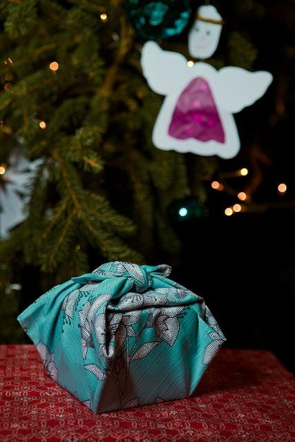 50 x 50 cm furoshiki as a gift wrap  Kotonowa / Heini Riitahuhta www.furoshiki-kyoto.com