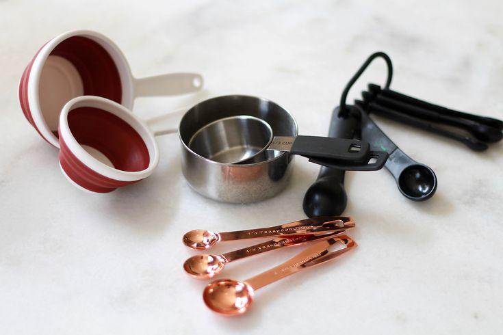 Iedereen heeft zo zijn eigen favorieten in de keuken; van een onmisbare plastic spatel tot een ingenieus Tell Sell-apparaat om perfecte frietjes te kunnen snijden. Maar welke keukengadgets zijn onmisbaar voor de Culy redactie? Culy's Moniquevertelt. Benieuwd naar de favorieten van Culy's Liselotte? Kijk dan hier. Koksmes vanMacknife Een goede (thuis)kok kan niet zonder een …