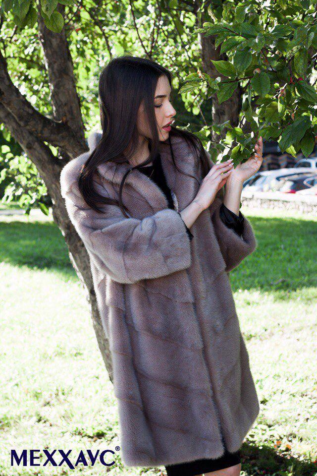 Бррр, прохладненько сегодня. Шубка из меха норки, ещё и такого тёплого цвета капучино согреет Вас в любую непогоду! Кто знает, может завтра снег выпадет. #меххаус #меховаяфабрика #доставкапороссии #шубаизнорки #высшеекачество #аукционныймех #аукцион #kopenhagenfur