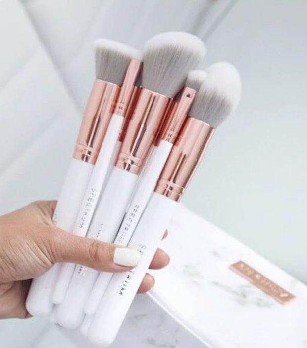 Les pinceaux et les Beauty blender sont les ennemis N°1 d'une peau saine. Pensez à les laver une fois par semaine pour ne pas diffuser trop de bactéries.