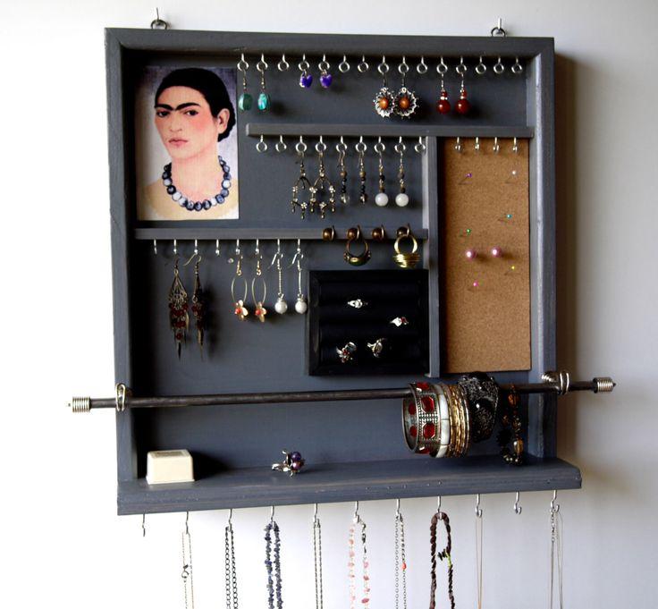 Organisateur de bijoux. Support de boucle d'oreille. Boucles d'oreilles s'affichent. affichage de bijoux. Murale de rangement de bijoux. Frida de rangement en bois. Chambre grise. par FineArtHolders sur Etsy https://www.etsy.com/fr/listing/238033518/organisateur-de-bijoux-support-de-boucle