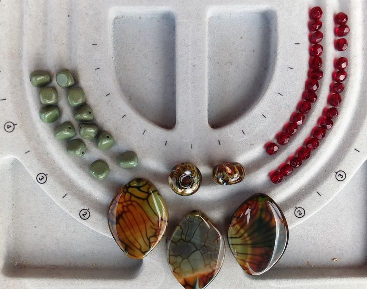 My swap package from Hajer Waheed Khalil arrived.Such stunning beads! There are three dragon veins agate beads, two lampwork beads by LizBeads, a package of forest green serpentine and a package of 6 mm garnet Czech fire polished crystals!
