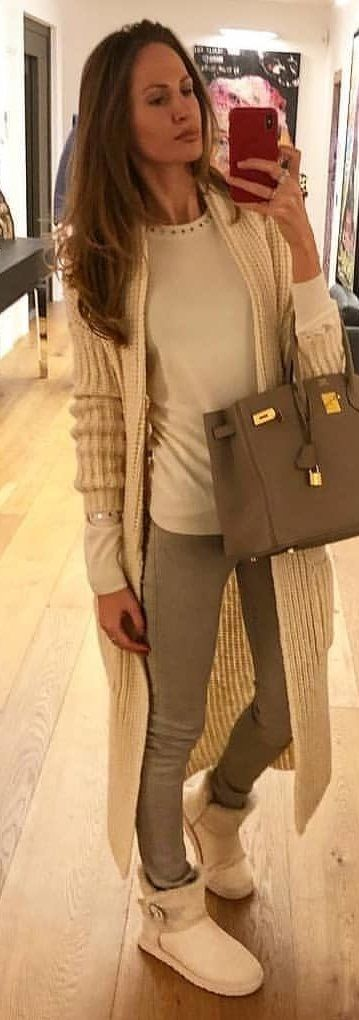 #spring #outfits woman holding gray leather handbag taking photo on mirror. Pic by @milano_streetstyle