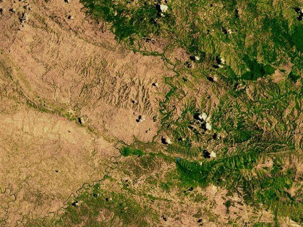 海地與多明尼加之間的邊界: 左邊的海地有森林砍伐的法令,但是右邊的多明尼加就沒有。 (Boundary between Haiti (Left without trees) and Dominica)