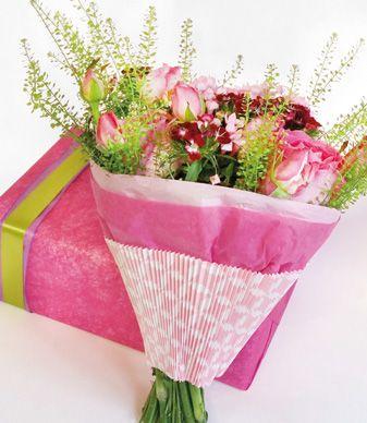 Atelier du fleuriste - Candy girl Emballage rapide, printanier, girly, pratique et pour les petits budgets. Pour le réaliser il vous faut de la manchette et du papier de soie. A vos ciseaux !  #emballagebouquet #wrapping #summer #pink #easywrap