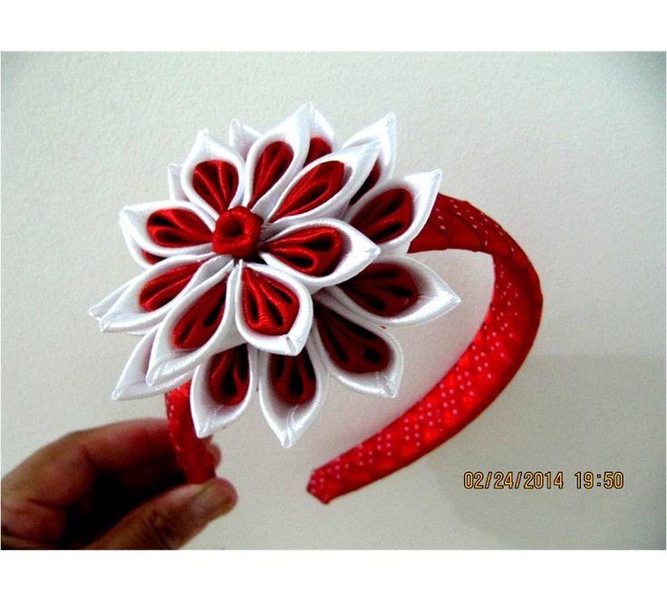 Flores rojas y blancas en diademas trenzadas en cintas para el cabello