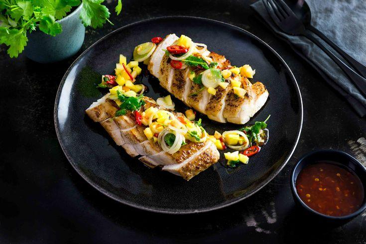 Kycklingbröst som serveras med fruktig salsa gjord på färsk mango, papaya, chili, salladslök, lime, sweet chilisås och Asian fond Green and Fresh.