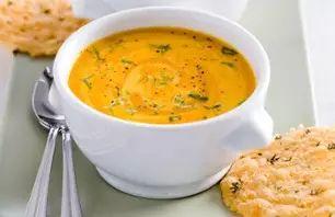 Recept voor oranje paprikasoep met kaaskletskoppen | Vers van de Teler