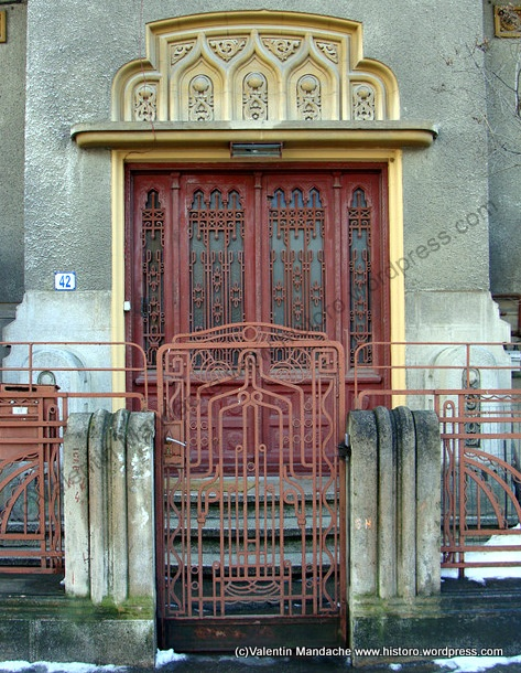 Neo-Romanian/Art Deco Syncretism Style Doorway, Early 1930s House in the Domenii Area of Bucharest, Romania (Photo by Valentin Mandache)